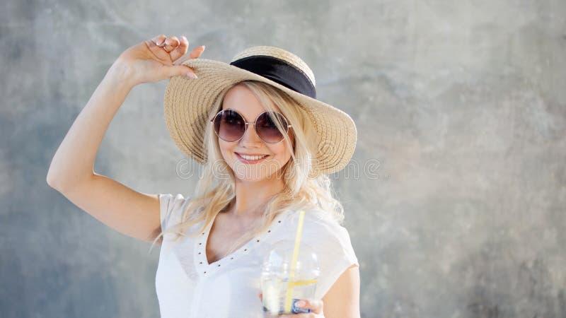 Молодая красивая белокурая женщина в соломенной шляпе Солнечные очки стиля лета стоковое фото rf