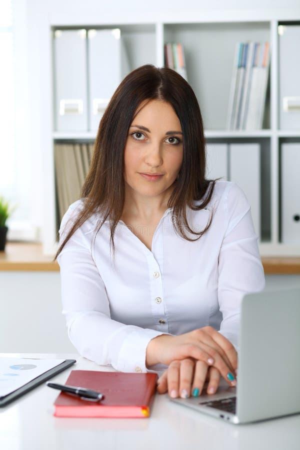Молодая красивая бизнес-леди или уверенно женский бухгалтер в офисе Девушка студента во время подготавливать экзамена Проверка, н стоковая фотография rf