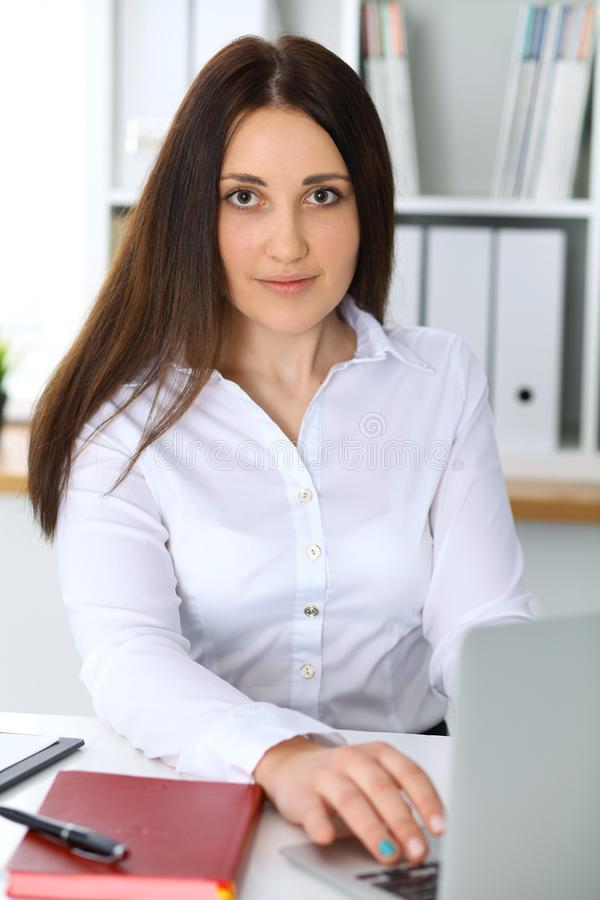 Молодая красивая бизнес-леди или уверенно женский бухгалтер в офисе Девушка студента во время подготавливать экзамена Проверка, н стоковая фотография