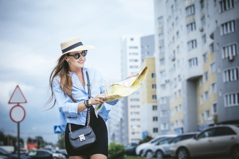 Молодая красивая дама модели женщины в модной рубашке и ha стоковые изображения rf