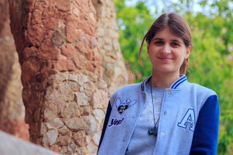 Молодая красивая девушка в парке Guell в Барселоне Испании стоковые фото