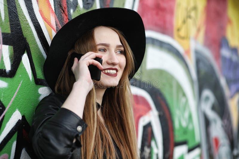 Молодая красивая девушка в шляпе и с темным составом снаружи g стоковое изображение rf
