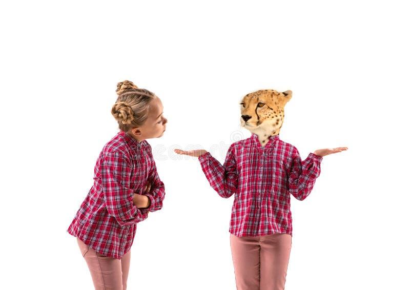 Молодая красивая девушка спорит с собой, как леопард на белом фоне студии стоковая фотография rf