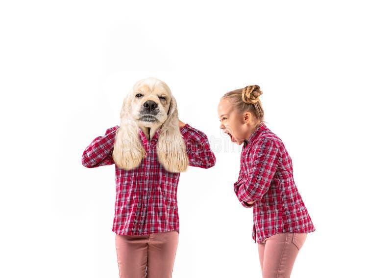 Молодая красивая девушка спорит с собой, как собака на белом фоне студии стоковая фотография rf