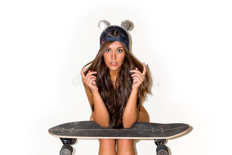 Молодая красивая девушка с коньком longboard стоковое фото rf