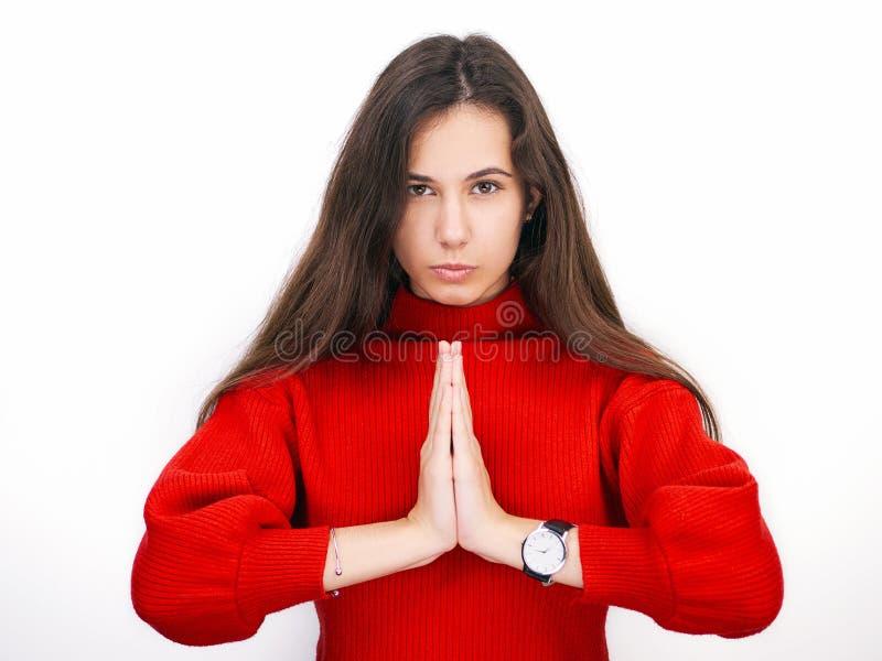Молодая красивая женщина брюнет в смотреть красного свитера думая к стороне на пустом космосе экземпляра, изолированном над белой стоковые фотографии rf