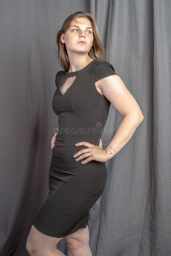 Молодая красивая женщина в изображении черного платья блестящем стоковые изображения rf