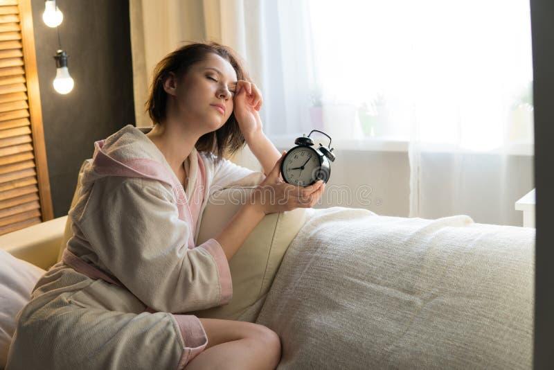 Молодая красивая женщина в халате дома стоковые изображения