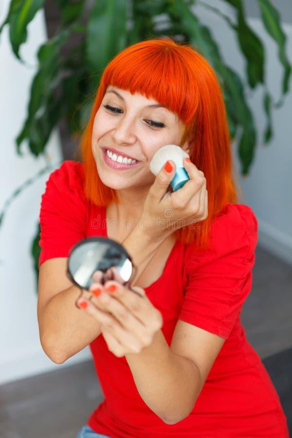 Молодая красивая женщина делая состав стоковые фото