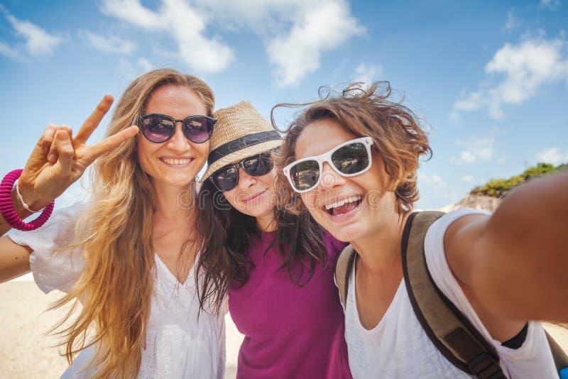 Молодая красивая женщина делая selfie на пляже Приятельство, fre стоковые изображения
