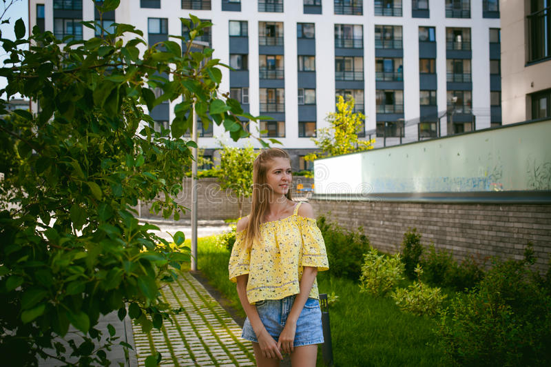 Молодая красивая женщина, день теплого лета солнечный стоковая фотография rf
