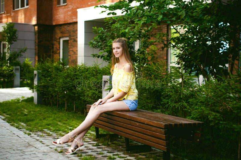 Молодая красивая женщина, день теплого лета солнечный стоковое фото rf