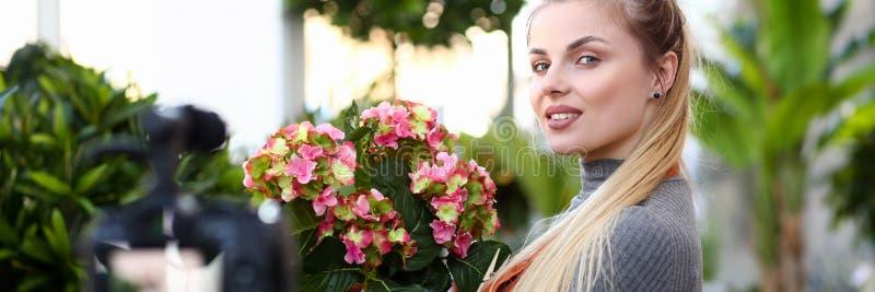 Молодая красивая женщина держа бак стоковые изображения rf
