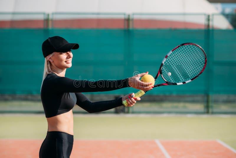 Молодая красивая женщина играя теннис на суде Здоровый образ жизни спорта стоковые фото
