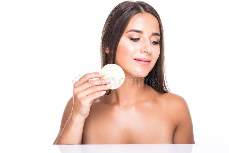 Молодая красивая женщина извлечь макияж из идеальной кожи на белой предпосылке стоковое фото