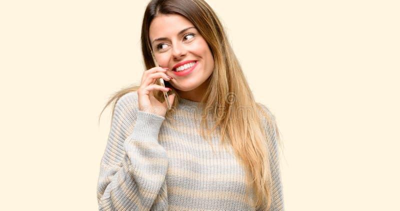 Молодая красивая женщина изолированная над желтой предпосылкой стоковые фотографии rf
