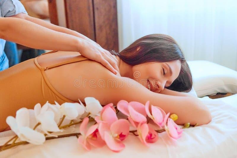Молодая красивая женщина, которая делает массаж в спа-салоне стоковое фото rf