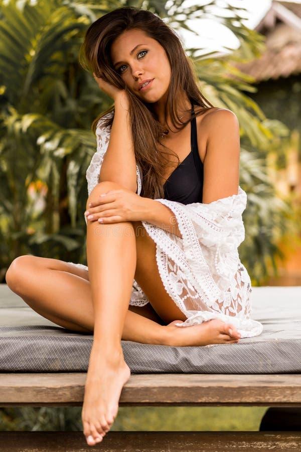 Молодая красивая женщина на каникулах стоковая фотография rf
