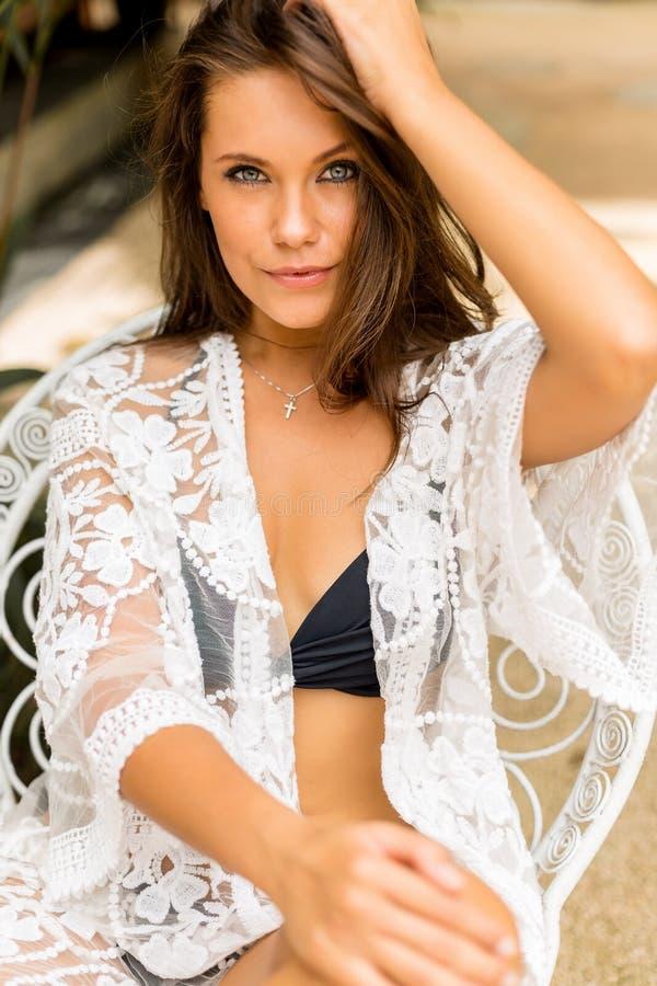Молодая красивая женщина на каникулах стоковые фотографии rf