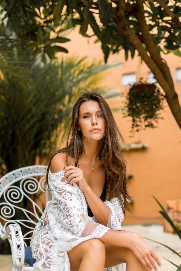 Молодая красивая женщина на каникулах стоковое изображение rf