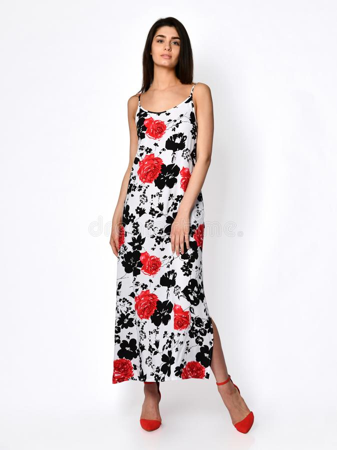 Молодая красивая женщина представляя в новом красном платье моды картины цветка на теле высоких холмов полном на белом стоковые фото