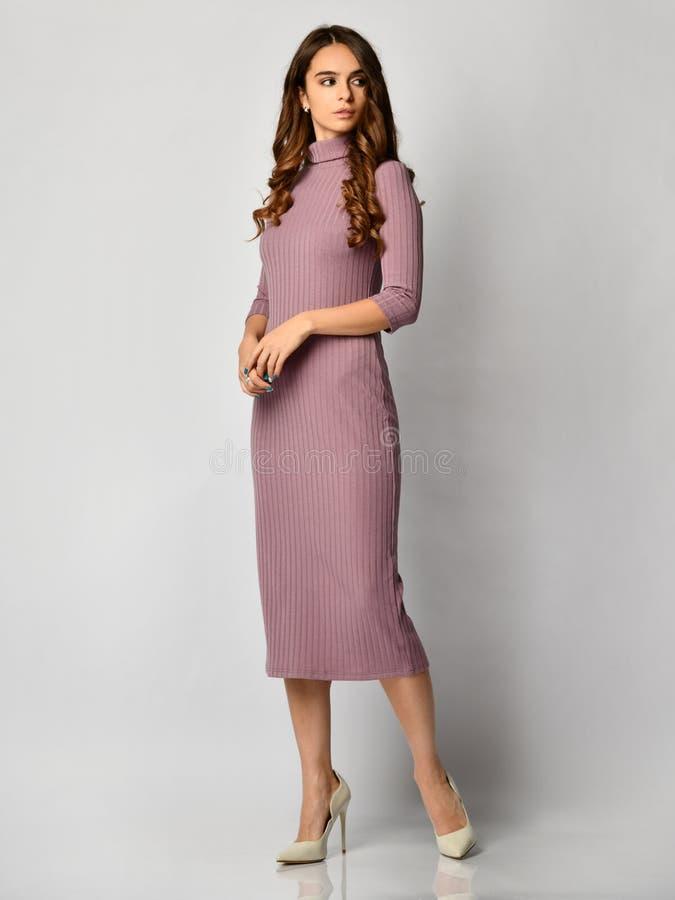 Молодая красивая женщина представляя в новом свете - фиолетовом платье зимы моды на теле высоких холмов полном стоковое изображение rf