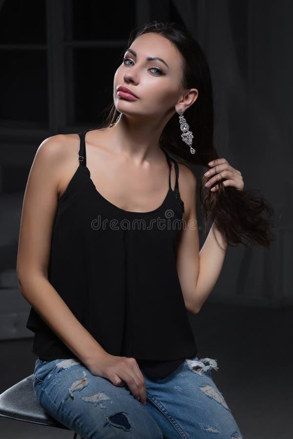 Молодая красивая женщина представляя в студии стоковое изображение