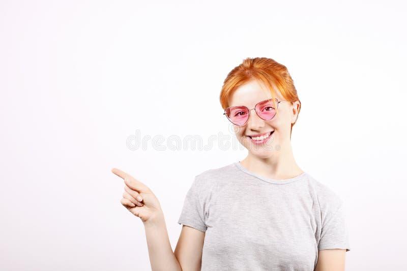 Молодая красивая женщина, привлекательный естественный redhead, показывая эмоции, выражения лица, представляя на изолированной пр стоковое фото