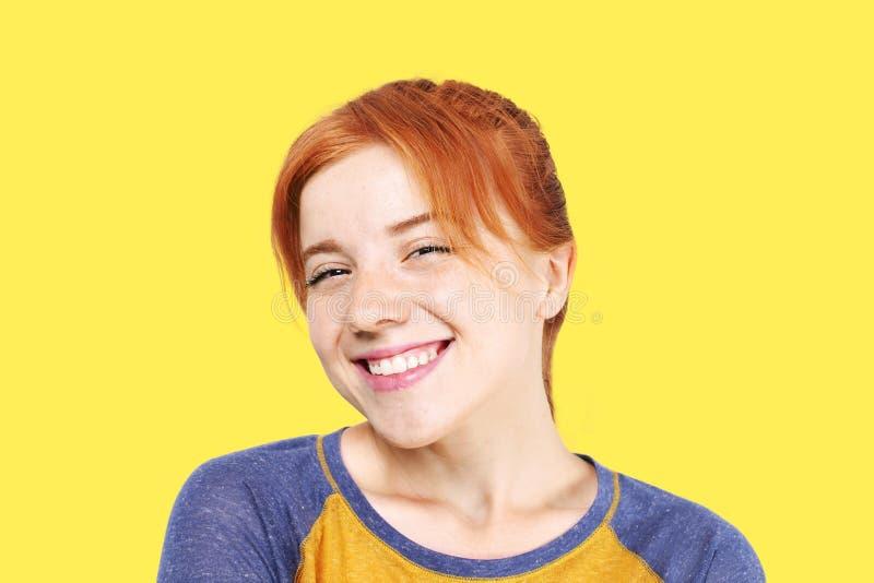 Молодая красивая женщина, привлекательный естественный redhead, показывая эмоции, выражения лица, представляя на изолированной пр стоковое фото rf