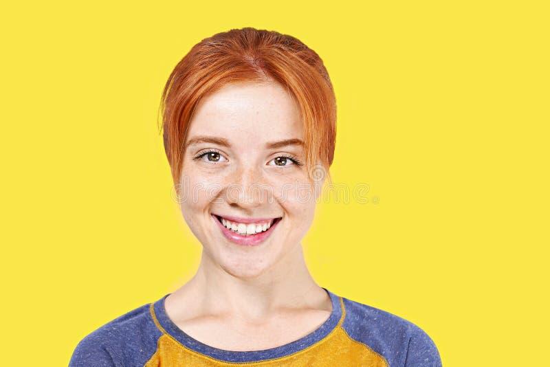 Молодая красивая женщина, привлекательный естественный redhead, показывая эмоции, выражения лица, представляя на изолированной пр стоковое изображение rf