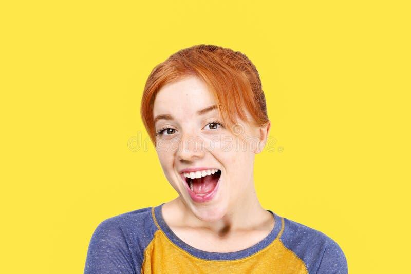 Молодая красивая женщина, привлекательный естественный redhead, показывая эмоции, выражения лица, представляя на изолированной пр стоковые изображения rf
