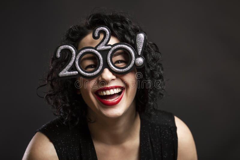 Молодая красивая женщина смеется Брюнетка с кудрявыми волосами и красными губами Весёлое настроение Нового года Черный фон Закрыт стоковое изображение rf