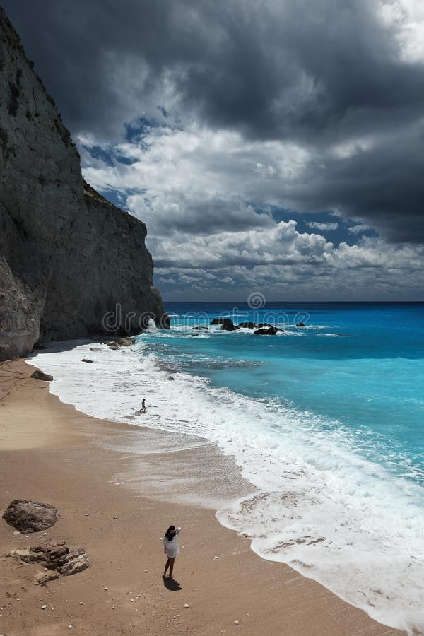 Молодая красивая женщина смотрит море на пляже Порту Katsiki, острове лефкас, Греции стоковое изображение