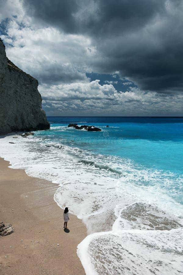 Молодая красивая женщина смотрит море на пляже Порту Katsiki, острове лефкас, Греции стоковые изображения