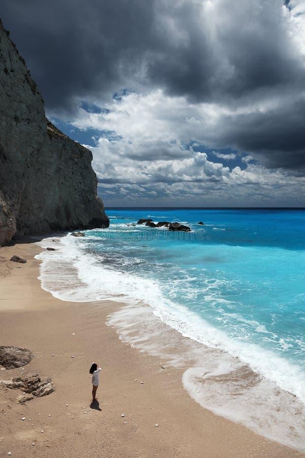 Молодая красивая женщина смотрит море на пляже Порту Katsiki стоковые фотографии rf