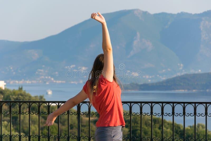 Молодая красивая женщина смотря красивый seascape с пунктом бдительности стоковые фотографии rf