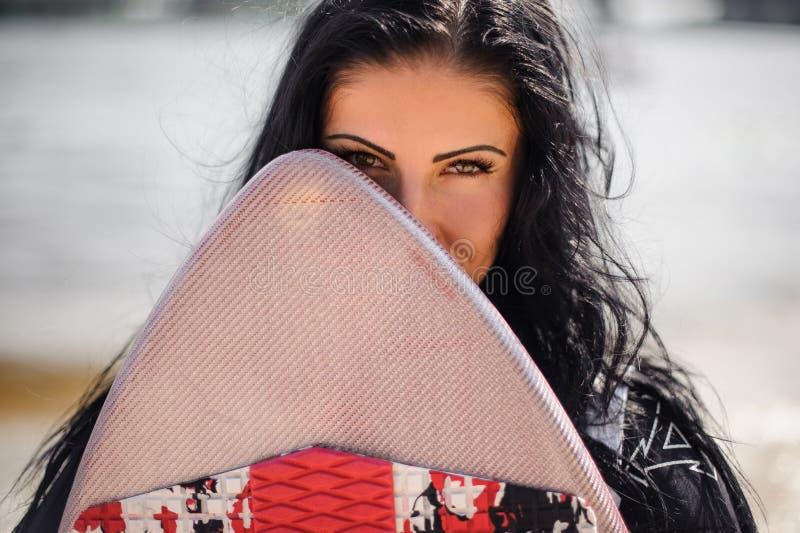 Молодая красивая женщина смотря от за wakeboard стоковые фотографии rf