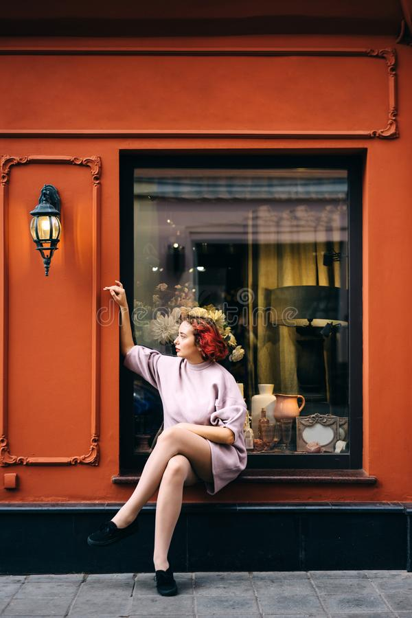 Молодая красивая женщина с короткими розовыми волосами стоковые фотографии rf