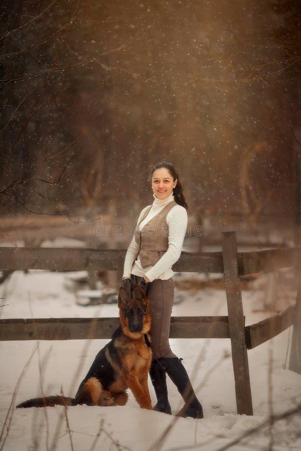 Молодая красивая женщина с портретом собаки немецкой овчарки на открытом воздухе стоковая фотография