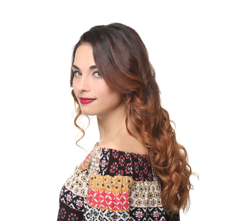 Молодая красивая женщина с современным стилем причёсок на предпосылке стоковые фотографии rf
