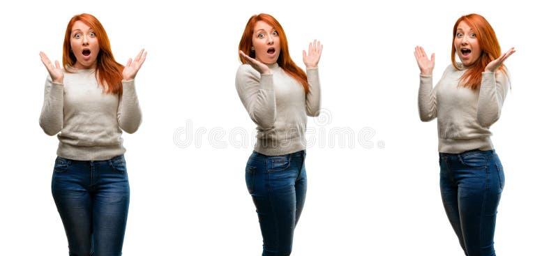 Молодая красивая женщина redhead изолированная над белой предпосылкой стоковое фото