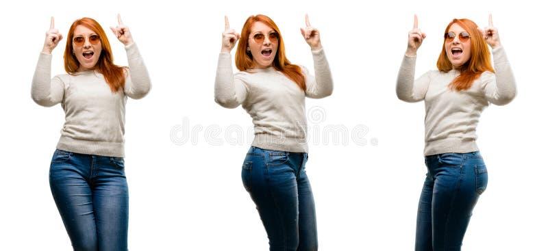 Молодая красивая женщина redhead изолированная над белой предпосылкой стоковое изображение