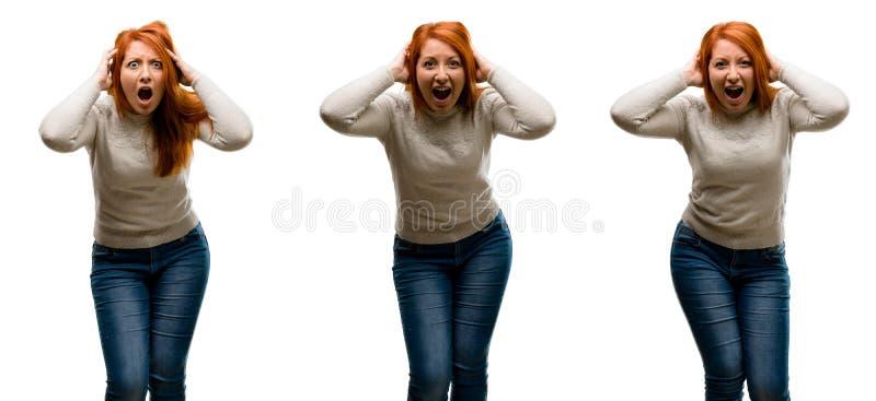 Молодая красивая женщина redhead изолированная над белой предпосылкой стоковые изображения