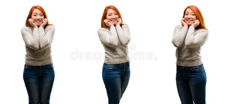 Молодая красивая женщина redhead изолированная над белой предпосылкой стоковое изображение rf