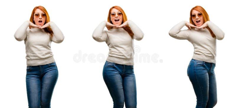 Молодая красивая женщина redhead изолированная над белой предпосылкой стоковые фото