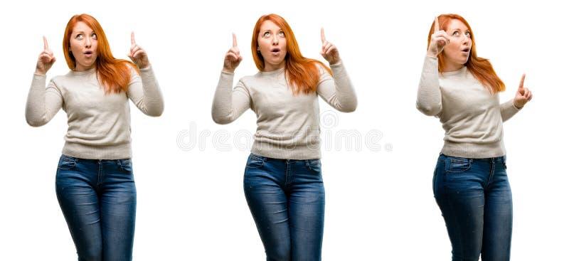 Молодая красивая женщина redhead над белой предпосылкой стоковые изображения rf