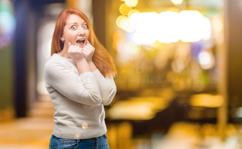 Молодая красивая женщина redhead над белой предпосылкой стоковые изображения