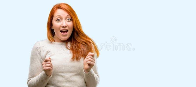 Молодая красивая женщина redhead над голубой предпосылкой стоковая фотография