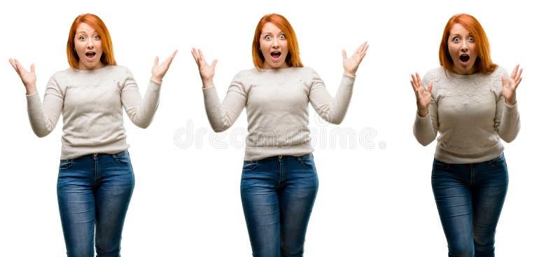Молодая красивая женщина redhead над голубой предпосылкой стоковые изображения rf