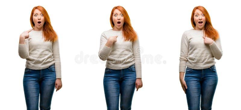 Молодая красивая женщина redhead над голубой предпосылкой стоковое фото